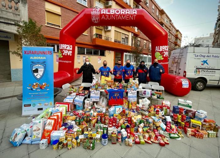 El grup Xufarunners  aconsegueix omplir d'aliments la furgoneta de l'ONG Tira Avant Alboraia Solidària