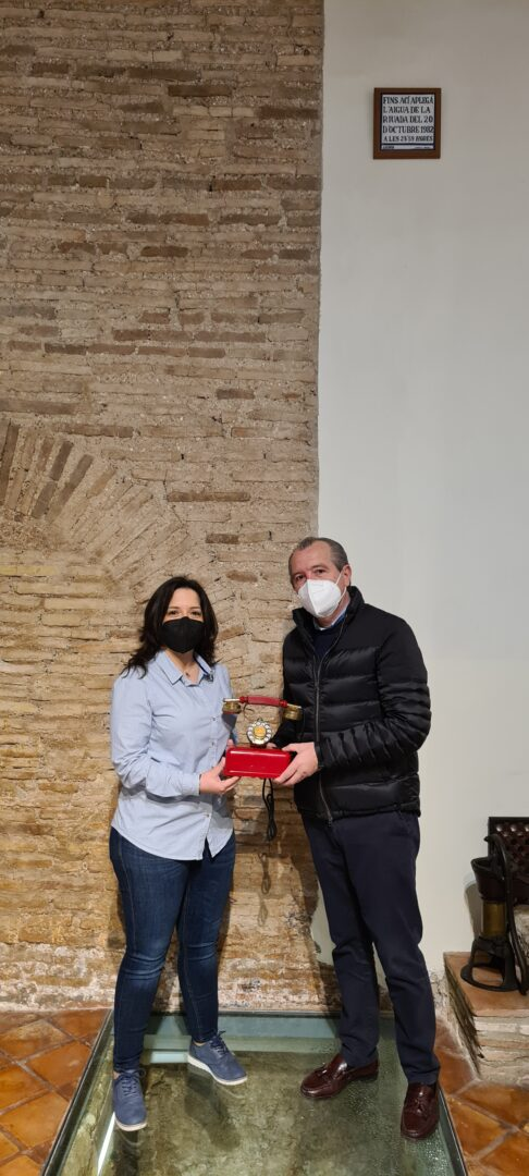 Un medalló commemoratiu del pintor Teodoro Andreu i elements de mobiliari han sigut donats al MUMA d'Alzira per l'artista Jordi Benavent i per la família La Huerta-Talens