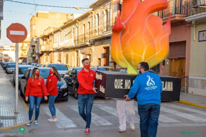 La flama fallera de Carlet viatja a les comissions de la ciutat.