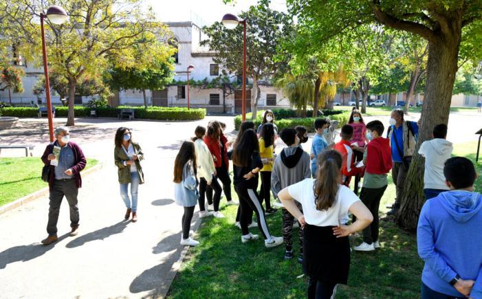L'alumnat de Paiporta coneix l'itinerari botànic de Vil·la Amparo com a reconeixement per participar en el Dia de l'Arbre