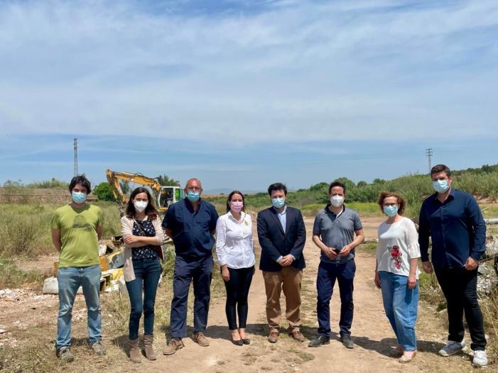 Les alcaldesses d'Alfara del Patriarca i Moncada i l'alcalde de Foios visiten junt amb el comissari d'aigües de la CHJ les obres de neteja del barranc del Carraixet