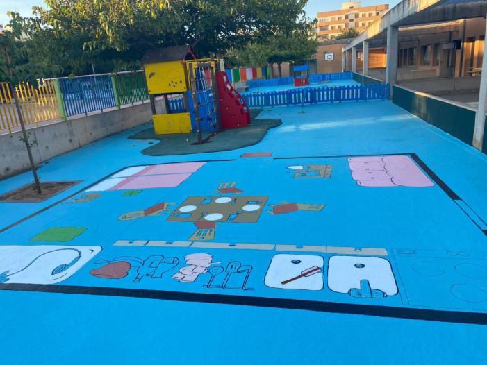 El pati del CEIP Almassaf d'Almussafes estrena jocs pintats en el sòl