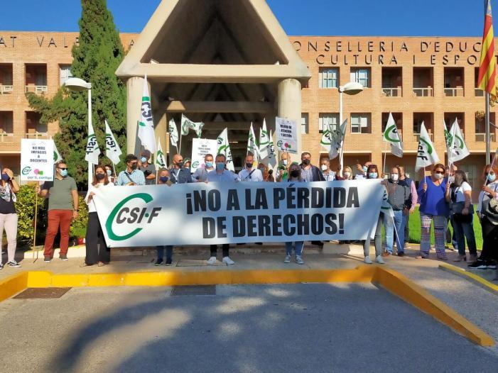 CSIF protesta davant Conselleria d'Educació pels impagaments a docents i per a exigir l'abonament urgent de tots els endarreriments