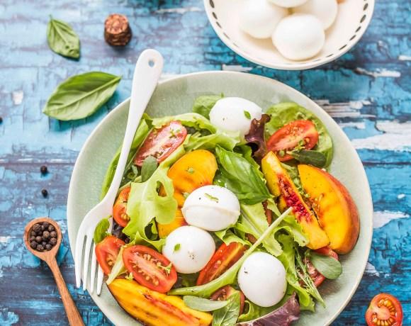 Insalata di pesche, pomodorini e mozzarella