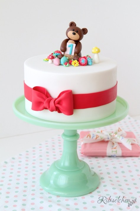 A cute teddy bear cake for a 1st birthday celebration - eine süße Teddybärentorte zum 1. Geburtstag