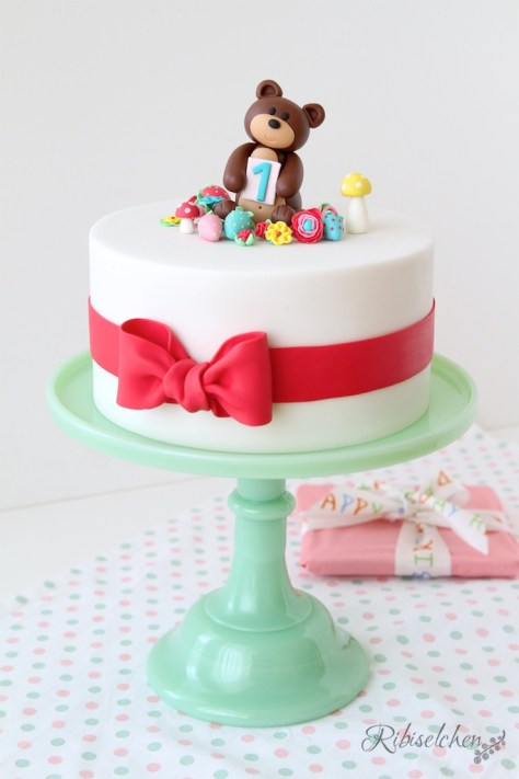 A cute teddy bear cake for a 1st birthday celebration - eine süße Teddybärentorte zum 1. Geburtstag