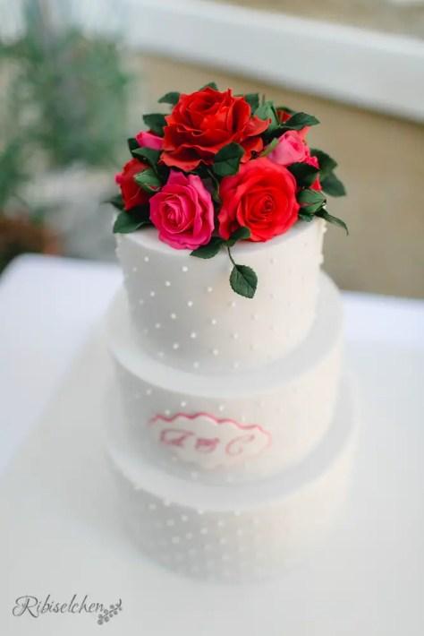 Hochzeitstorte mit Zuckerrosen aus Blütenpaste