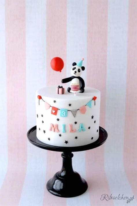 Eine Panda Torte mit modellierten Geburtstags - Pandabären