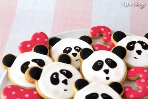 Lustige Panda Cookies zur Panda - Party, die mit Royal Icing dekoriert wurden