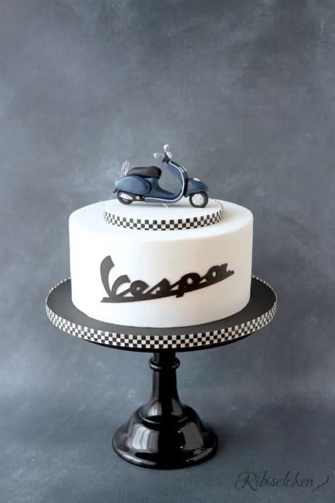 Eine Vespa Torte mit original Schriftzug und modellierter Vespa aus Fondant mit Anleitung und Schritt-für-Schritt Fotos
