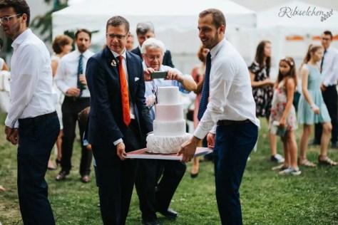 Die Hochzeitstorte wird hereingetragen