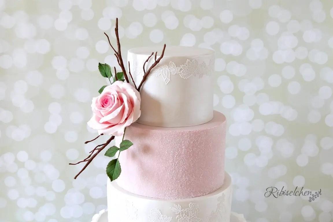 Eine Hochzeitstorte In Weiss Rosa Mit Spitze Glanz Und Ruschen