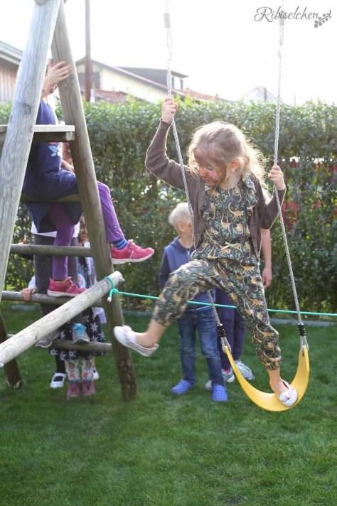Partyspiel Dschungelparcours: Mädchen klettert über Gerüst