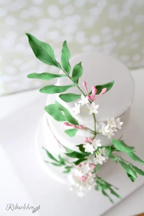 Jasminblüten aus Zucker auf Hochzeitstorte