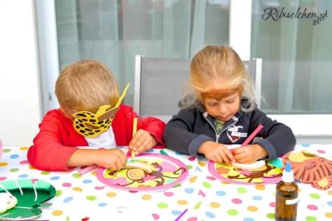 Partyspiel Kekse bemalen bei der Dschungelparty
