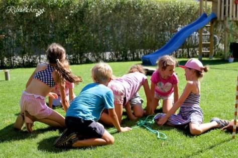 Kinder krabbeln am Boden als Hunde
