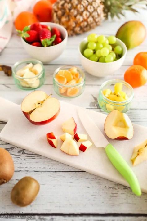 Obst wird in mundgerechte Stücke geschnitten