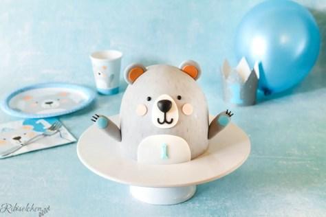 Bärentorte mit Tischware und Luftballon im Hintergrund