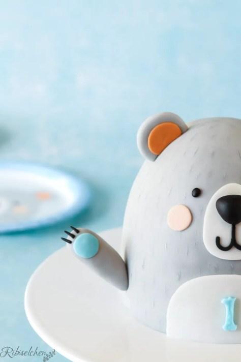 Bärentorte mit Bären-Pappteller im Hintergrund