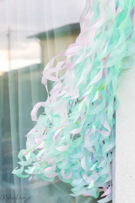 Seidenpapiergirlande tanzt im Wind