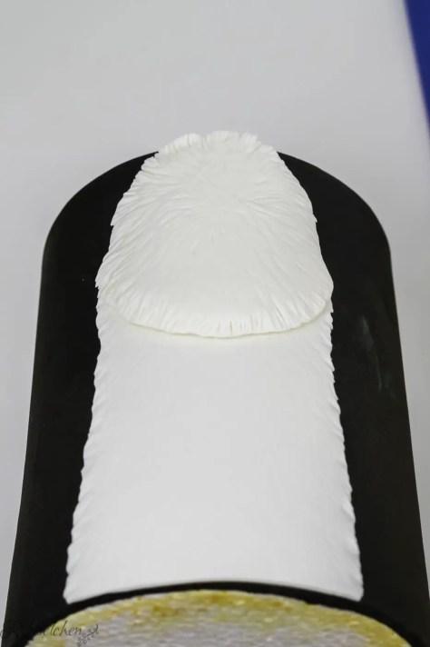 Der Lama Hals und Kopf aus Fondant werden zum Trocknen auf eine Styroportorte gelegt