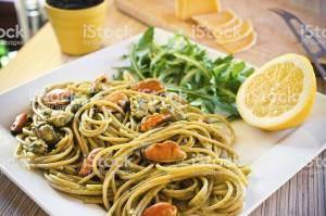 spaghetti al pesto con cozze e pecorino
