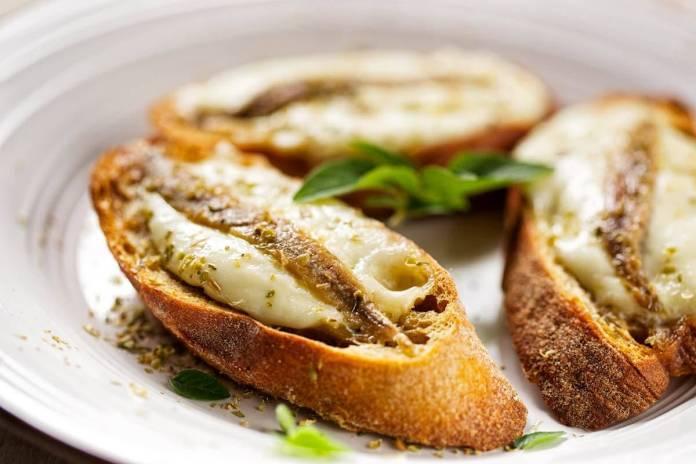 Crostini con Alici, Mozzarella di bufala e Origano