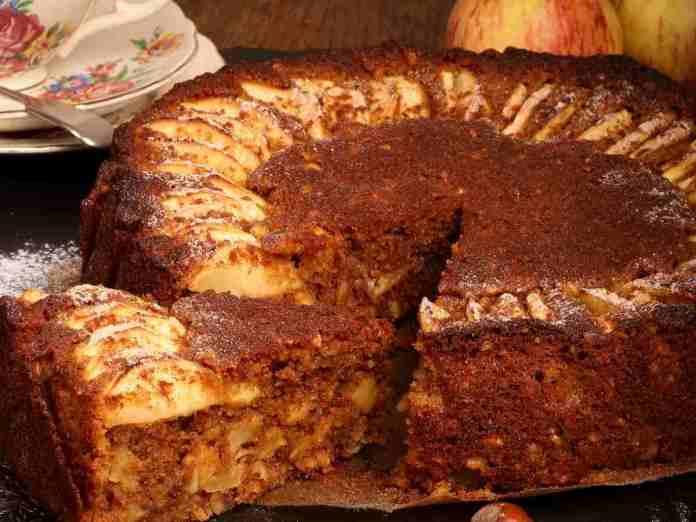 Torta di mele integrale con granella di nocciole e cannella