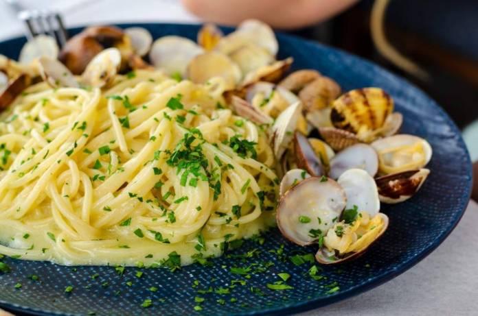 Spaghetti con lupini e porro