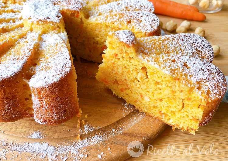 Torta soffice con carote, nocciole e ricotta