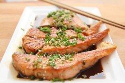 Tranci di salmone marinati con dadolata di peperoni