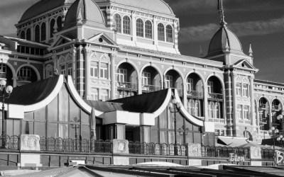 Zomaar een kiek uit Scheveningen: het Kurhaus in zwart-wit