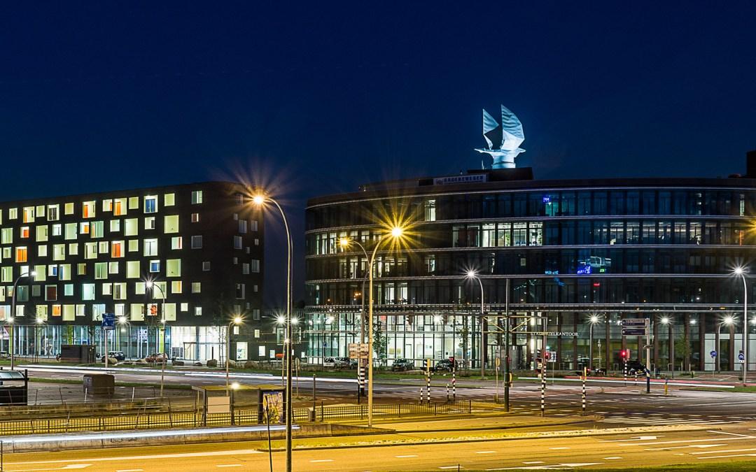Karakteristieke Haagse ooievaar op het dak van het stadsdeelkantoor