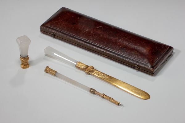 ANTIQUE DESK SET IN CHALCEDONY AND GILT BRONZE