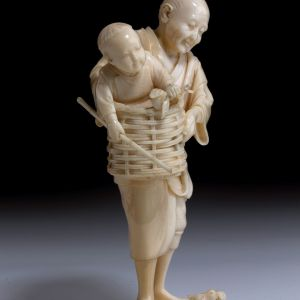 ANTIQUE JAPANESE IVORY OKIMONO OF A FATHER SON AND CHICKS