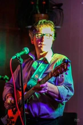 Richard Prézelin à la guitare