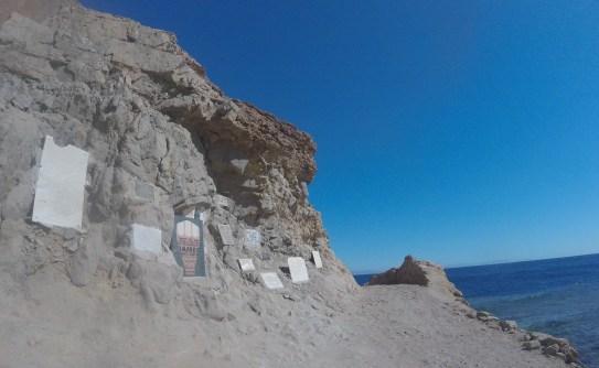 Паметни плочи за загиналите в Синята дупка водолази