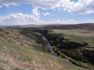 Пограничната река. От другата страна се виждаше арменския пост.