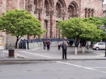 Строените полицаи пред парламента