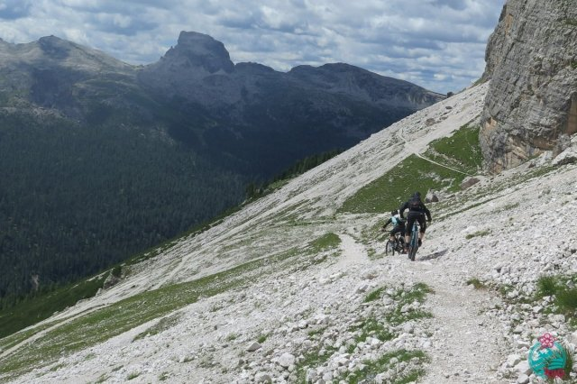 cortina in mountain bike tratto ciclabile