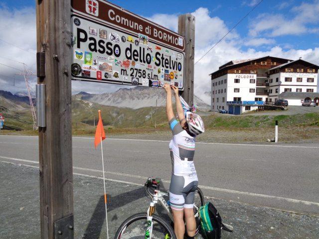 GirlStories. Michela Fenili pedala sulla salita dello Stelvio.