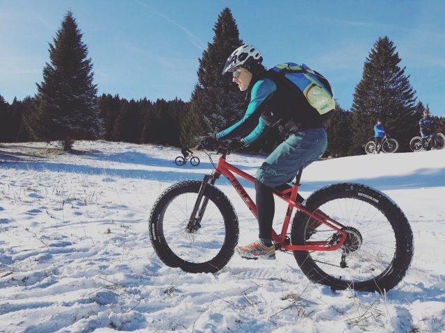 giula sulla neve con la fatbike