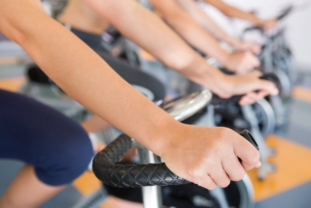 allenamento in palestra su cyclette