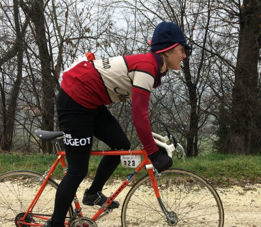 Elena Martinello su bici d'epoca