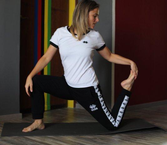 elena martinello che si allena a casa facendo stretching