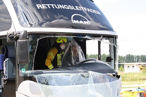 """In a film of """"Rescue Guide Bus"""", MAN explains a sold facilities of rescue operations with omnibuses for a puncture services."""