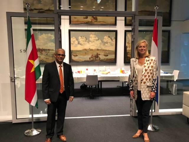 Minister Sigrid Kaag en de Surinaamse minister Ramdin.