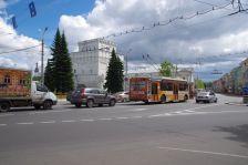 """Kirchplatz"" vor Mariä Himmelfahrt in Jaroslawl"