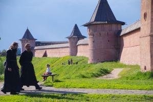 Die Wehrmauer und die heutigen Verteidiger des Klosters
