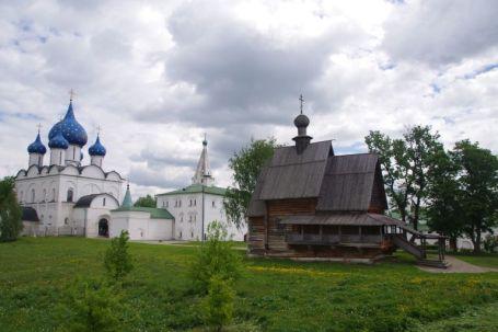 Der Kreml (grün), die Mariä-Geburtskathedrale (blau) und die kleine Holzkirche auf dem ehemaligen Burgwall